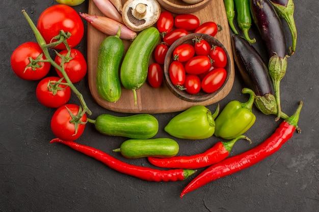 Composizione di verdure fresche vista dall'alto su sfondo grigio