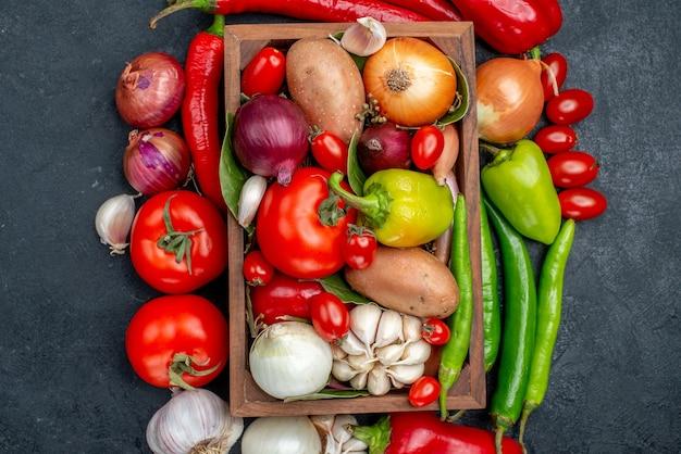 濃い灰色のテーブルサラダの新鮮な色の上面図新鮮な野菜の組成物