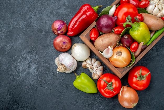 暗いテーブルの熟した新鮮な色のサラダの上面図新鮮な野菜の組成物