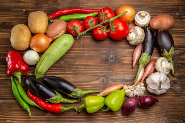 茶色の机の上の新鮮な野菜の組成物の上面図