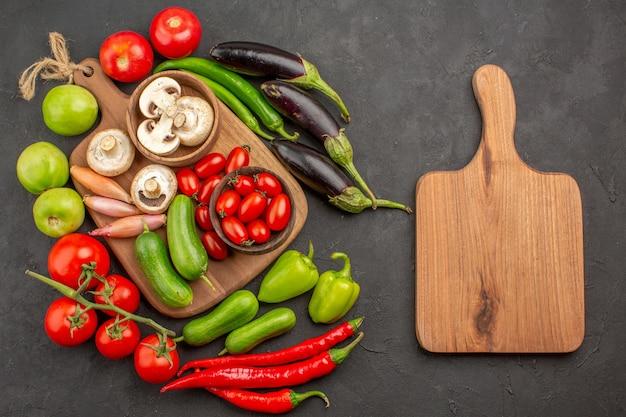 暗い床の上のビュー新鮮な野菜の組成物