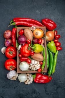 濃い灰色のテーブルサラダの新鮮な熟した新鮮な野菜の組成の上面図