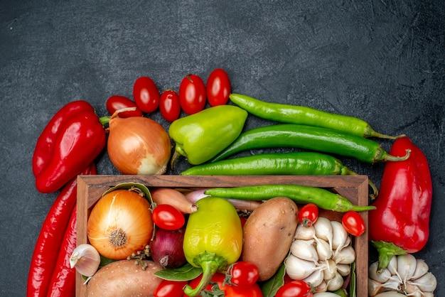 灰色のテーブルサラダ熟した色の上面図新鮮な野菜の組成物