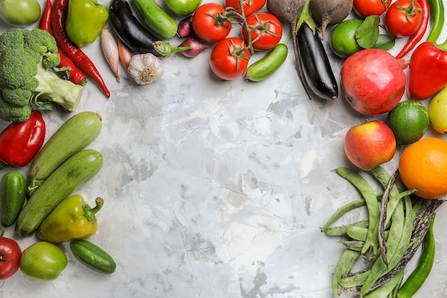 明るい白の背景に新鮮な野菜の組成の上面図