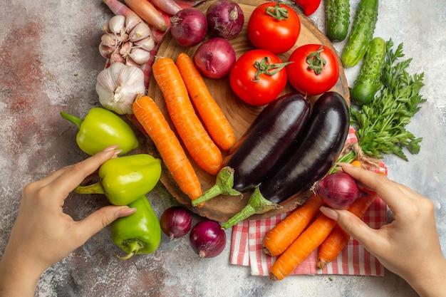 白い背景の上のビュー新鮮な野菜の組成物