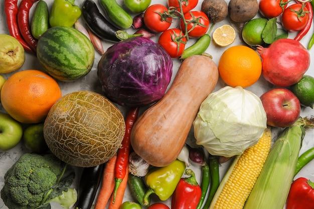 Композиция свежих овощей вид сверху на белом фоне