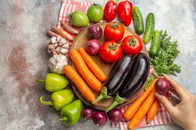 Composizione di verdure fresche vista dall'alto su sfondo bianco