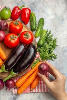 Vista dall'alto composizione di verdure fresche su scrivania bianca dieta colore maturo vita sana insalata di pasto