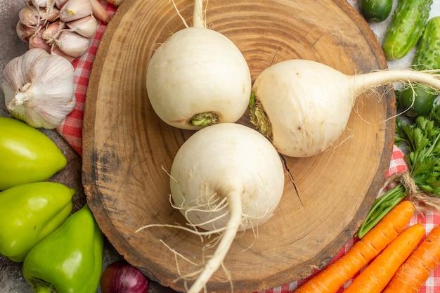 흰색 배경에 무와 상위 뷰 신선한 야채 구성