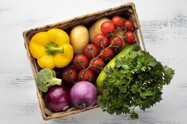 Вид сверху свежие овощи в корзине