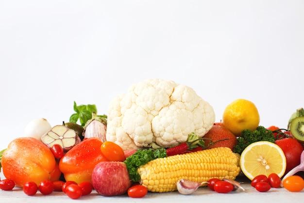 白で隔離の上面図新鮮な野菜