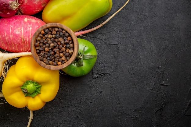 暗い背景に新鮮な野菜の上面図