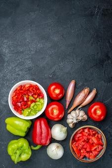 ダークグレーの空間に新鮮な野菜を上から見た図