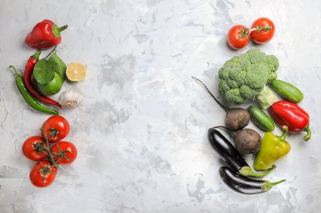 白い机の上の新鮮な野菜の上面図