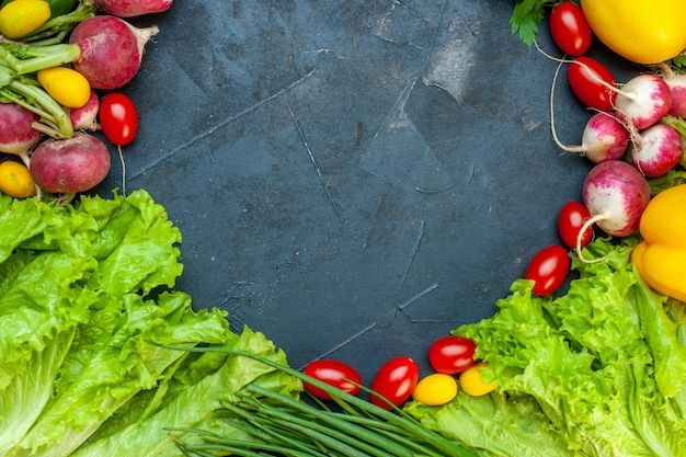 上面図新鮮な野菜大根レモンネギチェリートマトレタス暗い表面にコピー場所