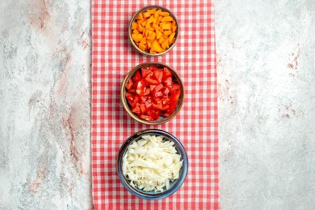흰색 공간에 상위 뷰 신선한 야채 토마토 고추와 양배추