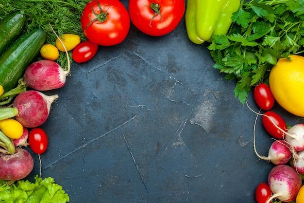 어두운 표면 복사 장소에 상위 뷰 신선한 야채 토마토 무 레몬 오이 파슬리 체리 토마토