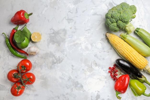Vista dall'alto di verdure fresche su sfondo bianco