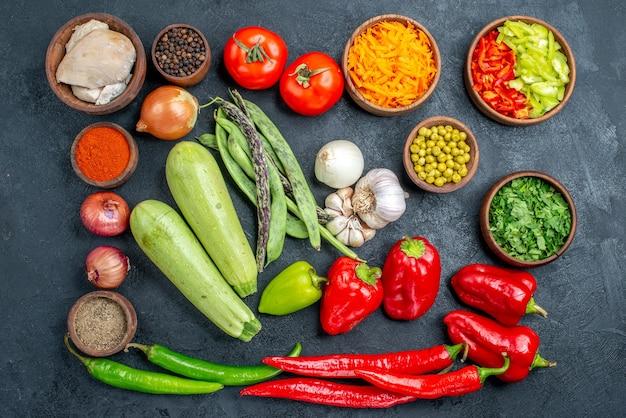 잘 익은 어두운 테이블 샐러드 식사에 콩과 조미료와 상위 뷰 신선한 야채