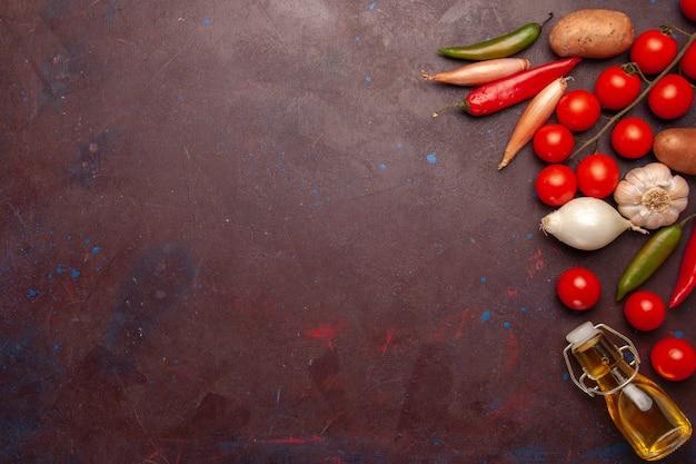 暗い空間で調味料の異なる新鮮な野菜の上面図