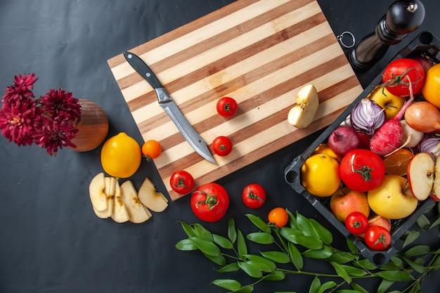 Vista dall'alto verdure fresche con frutta su sfondo scuro cucinare insalata salute lavoro dieta pasto vegetale cibo frutta