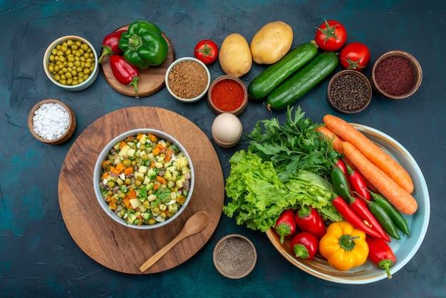 上面図新鮮な野菜と緑と青い机の上の調味料スナックサラダ野菜食品