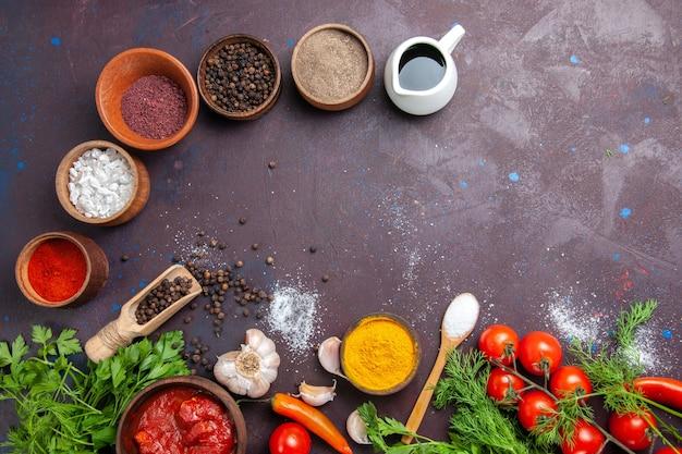 暗い空間で緑と調味料と新鮮な野菜の上面図