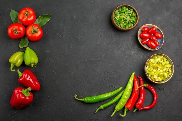 Vista dall'alto di verdure fresche con verdure sul colore del pasto maturo insalata di tavola scura