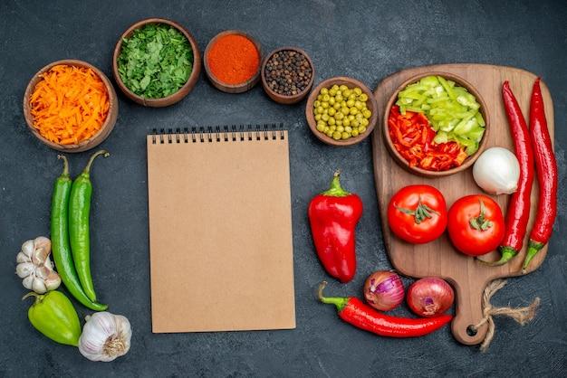 Vista dall'alto di verdure fresche con verdure su tavola scura verdure insalata matura di colore