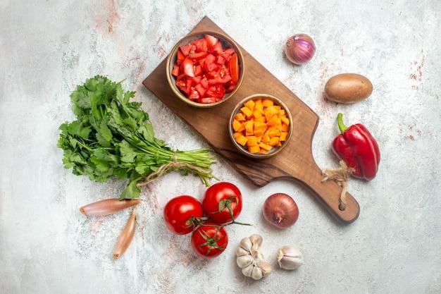 Vista dall'alto verdure fresche con verdure su uno spazio bianco chiaro