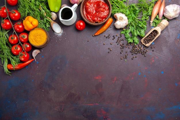 暗い空間に緑と新鮮な野菜の上面図