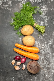 灰色の表面に緑のある新鮮な野菜の上面図