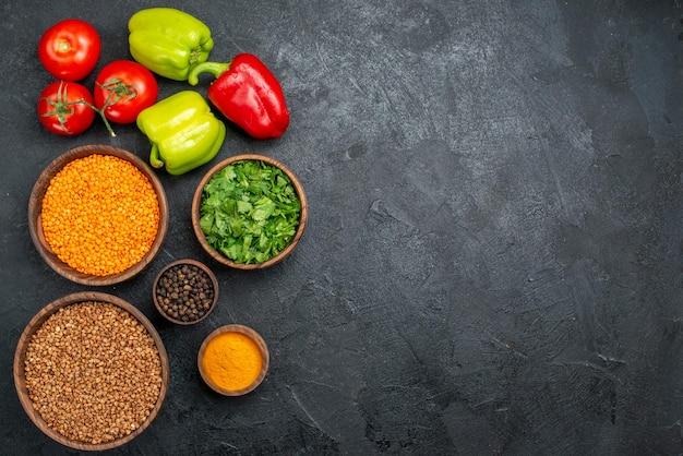 Vista dall'alto verdure fresche con verdure e grano saraceno crudo sullo spazio grigio