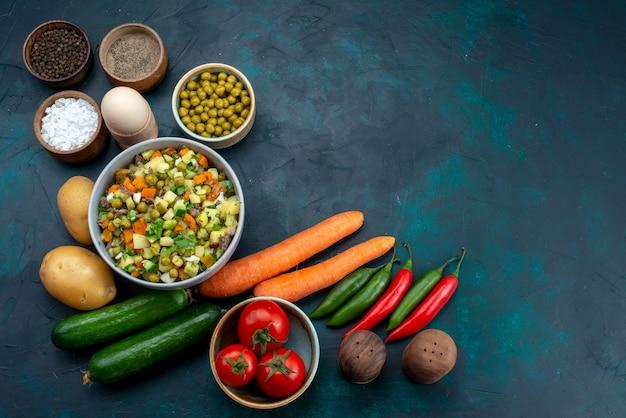 Vista dall'alto di verdure fresche con verdure e insalata sullo scrittorio blu pranzo insalata spuntino verdura cibo