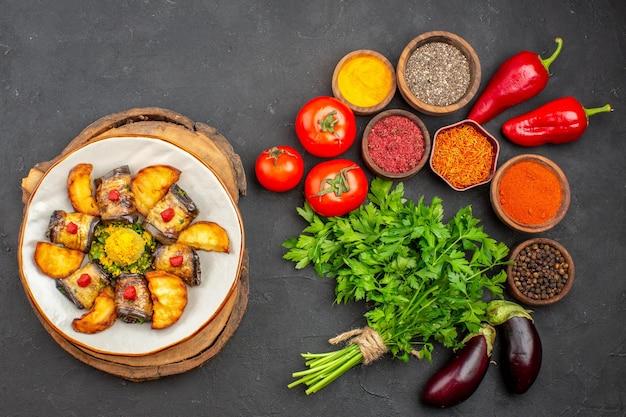 Vista dall'alto di verdure fresche con verdure e condimenti su nero