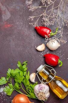 Vista dall'alto di verdure fresche con olio e verdure su nero