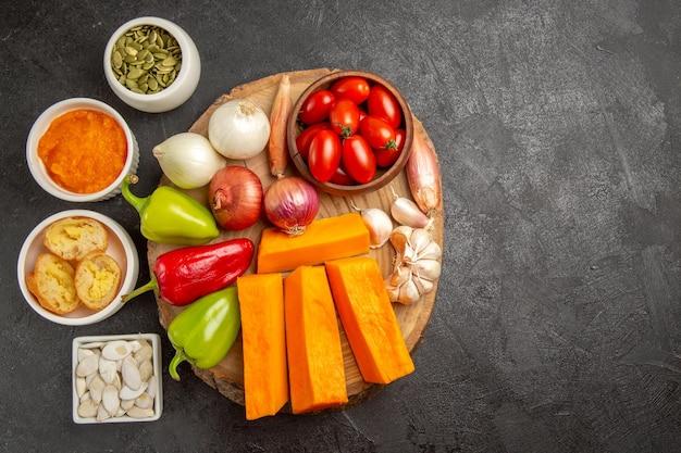 暗い背景のサラダ熟した食事の色にカボチャと種子と新鮮な野菜の上面図
