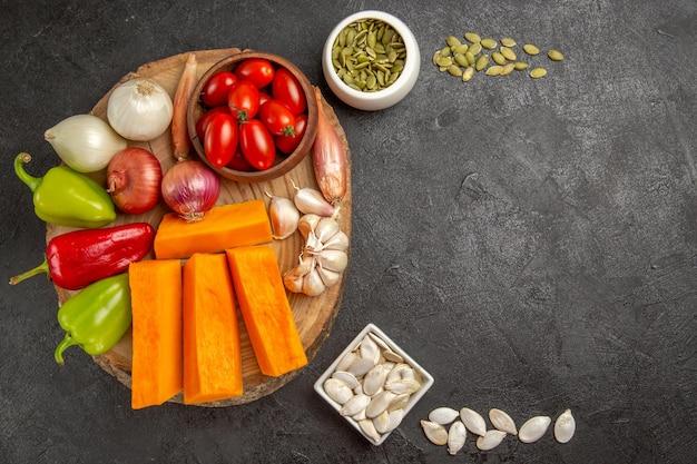 Vista dall'alto verdure fresche con zucca su sfondo grigio scuro pasto di colore maturo insalata fresca