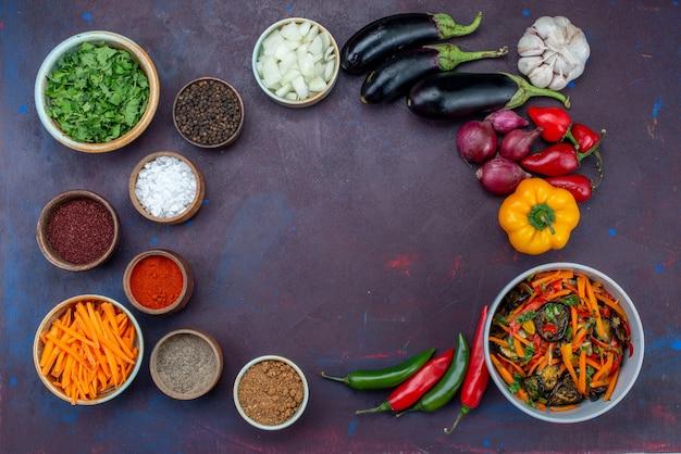 Vista dall'alto di verdure fresche con insalata e condimenti su sfondo scuro insalata di cibo pasto spuntino vegetale