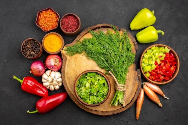 어두운 표면 샐러드 건강 잘 익은 식사 야채에 조미료와 녹색을 가진 상위 뷰 신선한 야채