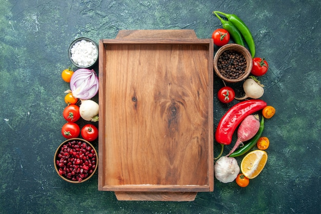 Vista dall'alto di verdure fresche con condimenti su sfondo scuro cibo salutare foto a colori dieta