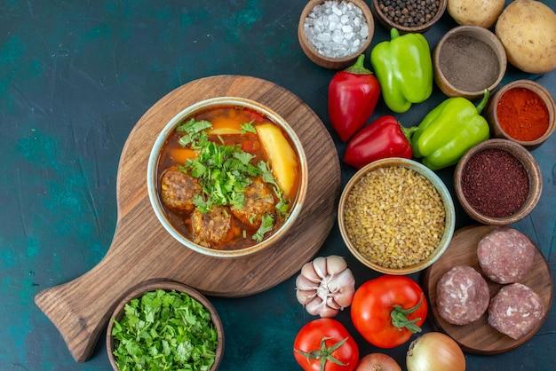 Vista dall'alto verdure fresche con condimenti zuppa di carne e verdure sulla scrivania blu scuro