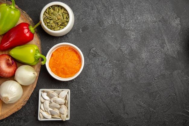회색 배경에 얇게 썬 호박을 넣은 신선한 야채