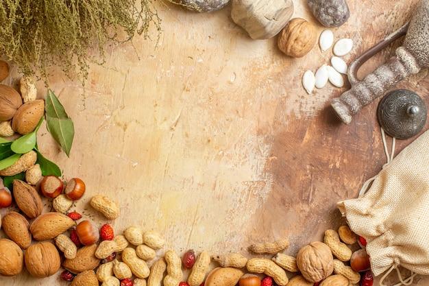 Vista dall'alto di noci fresche rivestite su una scrivania in legno