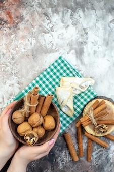 Vista dall'alto noci fresche con cannella e pasta dolce su superficie chiara