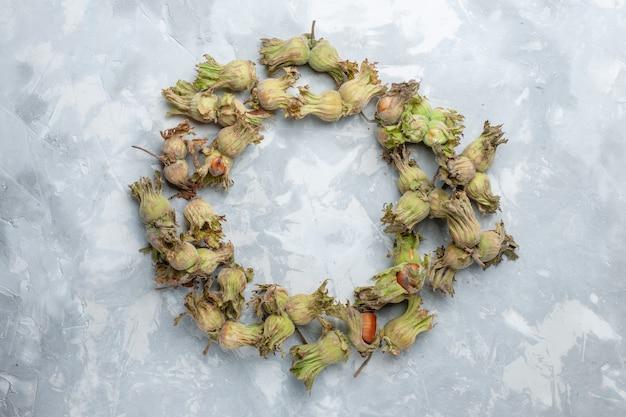 上面図白いデスクナットヘーゼルナッツクルミ植物の木の皮と新鮮な全体のヘーゼルナッツ
