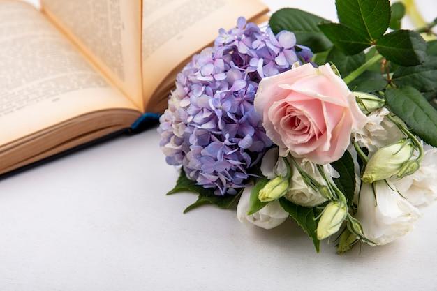 Vista dall'alto di fiori freschi e meravigliosi come rosa lilla con foglie su sfondo bianco
