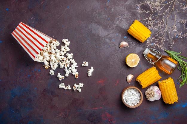 어두운 표면 옥수수 스낵 식품 원시 신선한에 팝콘과 상위 뷰 신선한 노란 옥수수