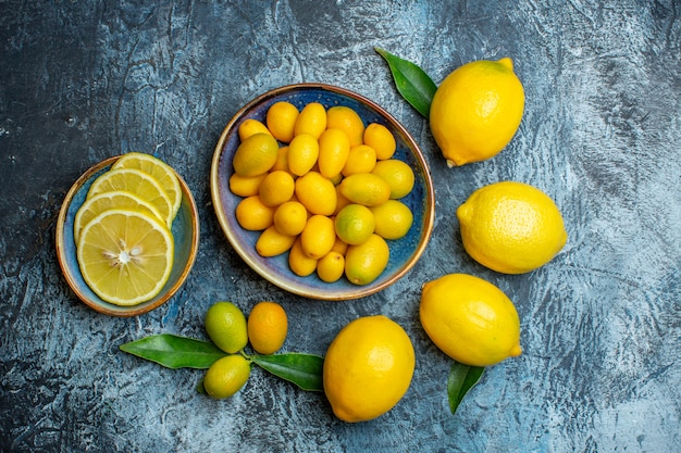 Vista dall'alto di limoni gialli freschi su sfondo chiaro-scuro