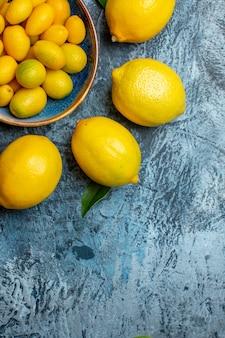 明るい-暗い背景の上のビュー新鮮な黄色のレモン